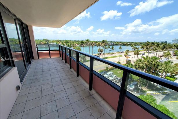 5225 Collins Ave #720