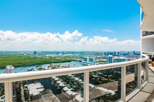 15901 Collins Ave #4105