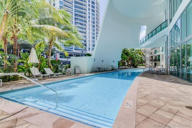 6000 Collins Ave #104