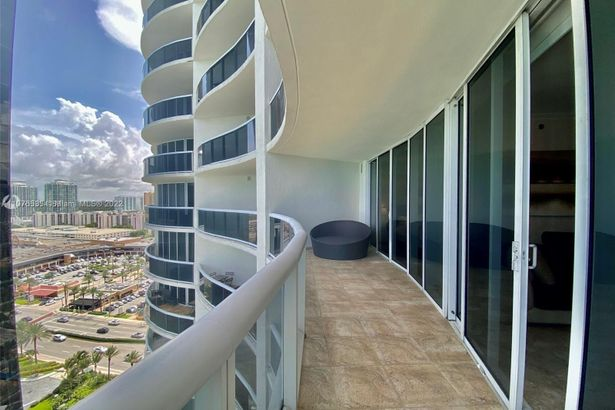 17201 Collins Ave #1903