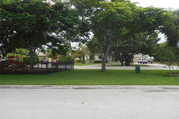 9025 Hawthorne Ave
