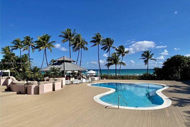 5225 Collins Ave #407