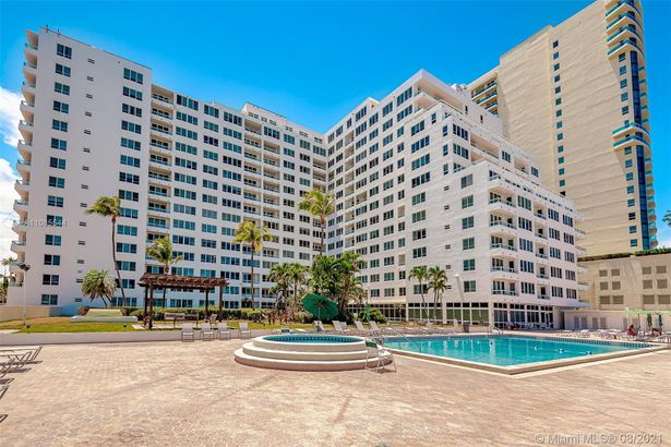 5005 Collins Ave #902